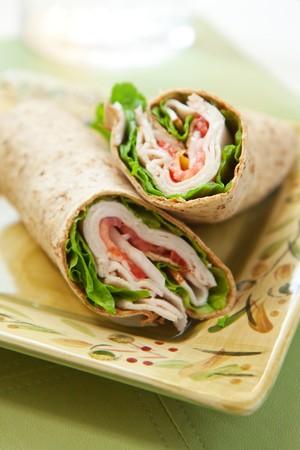 gezonde kalkoen wrap sandwich met sla, tomaten, uien en pepers