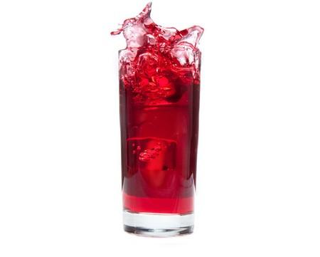 sappen: Een ice cube spatten in koude cranberry sap