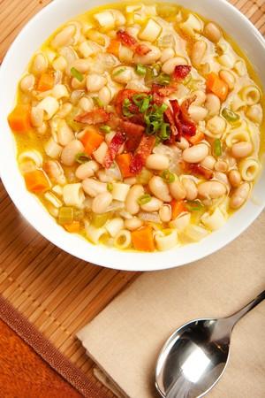 心のこもったの白豆のスープをトッピング ベーコンと青ネギ 写真素材