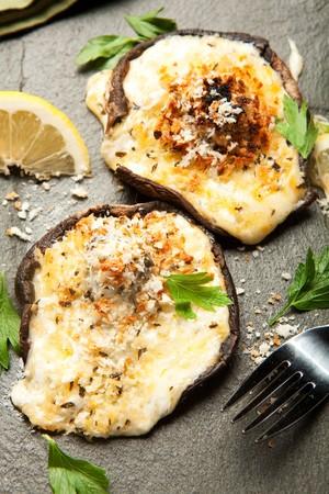 miettes: Champignons farcis aux quatre fromages et garni de miettes de pain croustillant panko Banque d'images