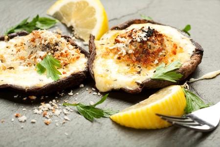 4 개의 치즈로 채워지고 바삭한 판코 빵가루를 얹은 버섯