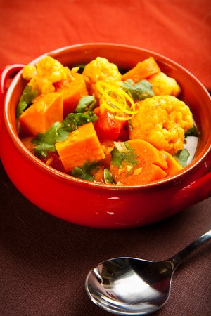 Spicy indian vegetable curry with cauliflower, sweet potato, and carrot 版權商用圖片