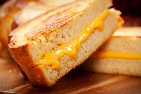 Geroosterd krokant aan de buitenkant, taai op de binnenkant warme gegrilde kaas sandwiches