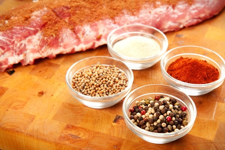 to rub: Babyback rib presented with common spices used for rub seasoning