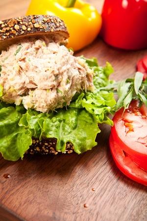 レタスとトマトのマルチグレインのパンにマグロのサンドイッチ