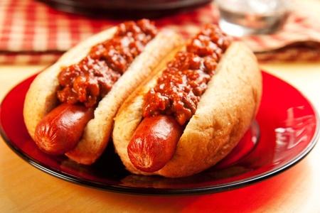 perro caliente: Perfecto para el gran juego, picnic, fiesta o en cualquier momento los perros de chile! Foto de archivo
