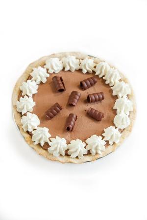 slagroom: Licht en chocolately Franse zijde Taart met penty slagroom en chocolade krullen. Geà ¯ soleerd op wit. Stockfoto