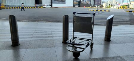 Abandoned and empty bag trolley at International airport of Delhi in June 2020 amidst corona virus pandemic at Indira Gandhi International Airport in Delhi, India 版權商用圖片