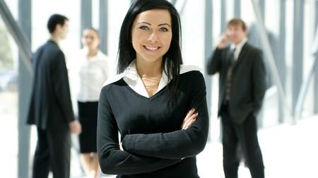 elegant business man: Un gruppo di quattro imprenditori con una bella bruna di fronte