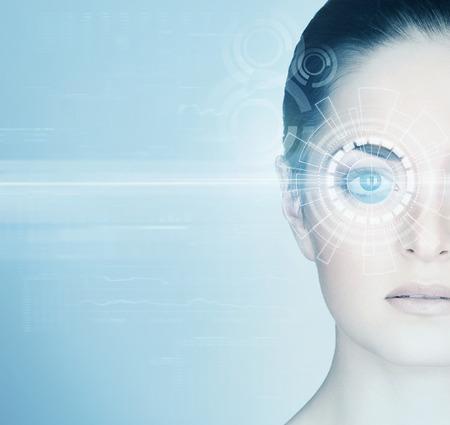 Mujer joven con un holograma digital de láser en los ojos (oftalmología, cirugía ocular y la tecnología de escaneo identidad concepto)