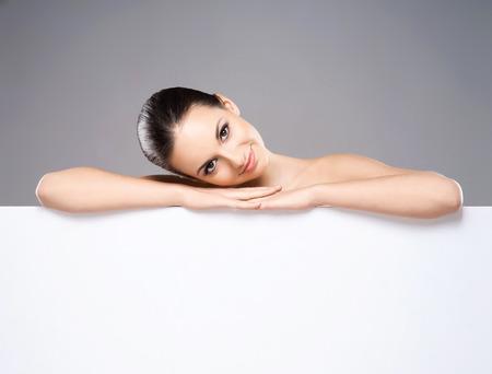 Portrait de jeune, belle et saine femme avec une bannière blanc Banque d'images - 38580204