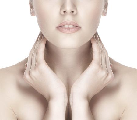 labios sexy: Retrato de mujer joven y atractiva aislados en blanco