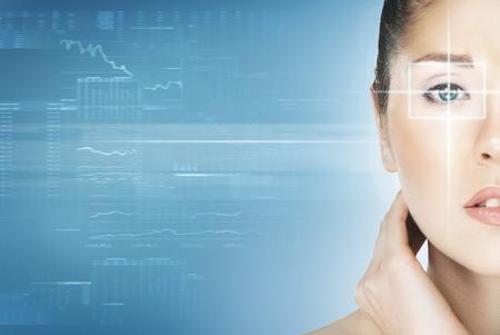 Close-up portrait de jeune et belle femme avec l'hologramme virtuel sur ses yeux (médecine laser et la technologie de sécurité concept) Banque d'images - 38579953