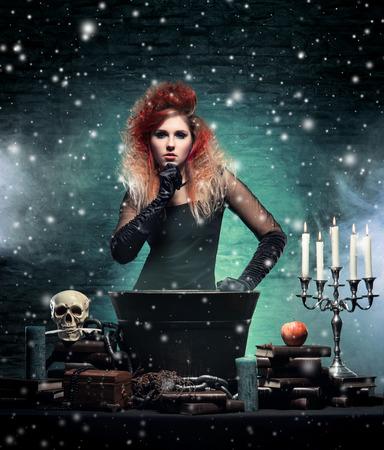 wiedźma: Piękna czarownica czyniąc czary na tle zimowego Zdjęcie Seryjne