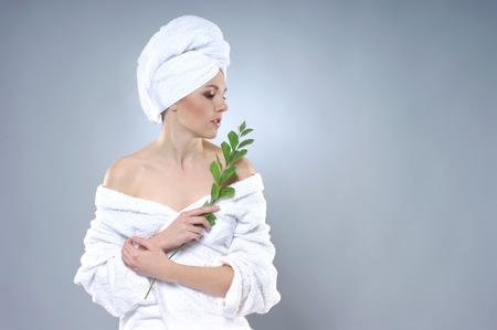 Jonge, gezonde en mooie vrouw die kuuroordbehandeling krijgt Stockfoto