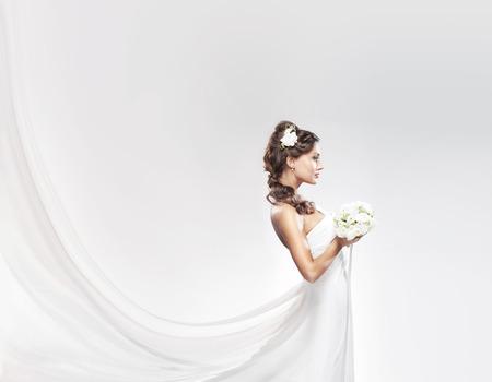 matrimonio feliz: Novia atractiva joven con el ramo de rosas blancas Foto de archivo