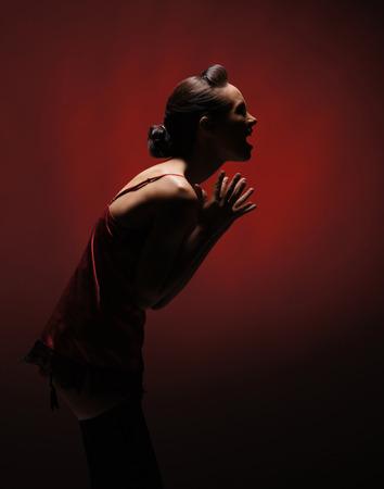 Horror mujer sobre fondo rojo Foto de archivo - 38692122