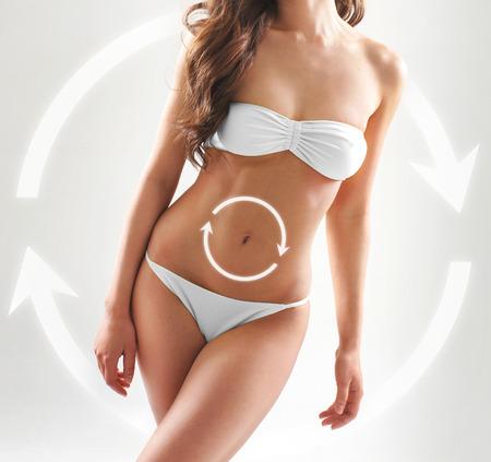 cuerpo perfecto femenino: Cuerpo deportivo, en forma y hermosa con el ciclo de las flechas (alimentación sana, vitaminas y nutrición concepto)