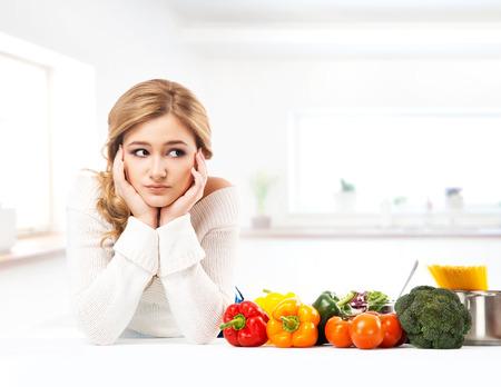 cocina saludable: Mujer joven y hermosa ama de casa cocinar en una cocina