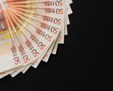 mucho dinero: Una gran cantidad de dinero en el fondo negro Foto de archivo