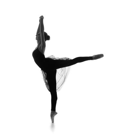 danza clasica: Rastro blanco y negro de la joven y bella bailarina de ballet aislado sobre fondo blanco