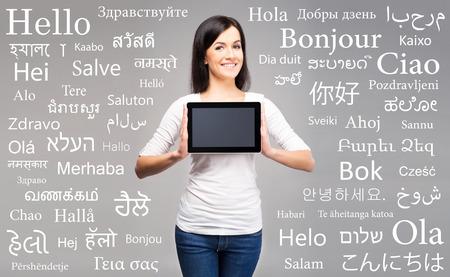 secretaria: Muchacha del adolescente con un equipo Tablet PC. Diverso concepto idiomas del mundo. Foto de archivo