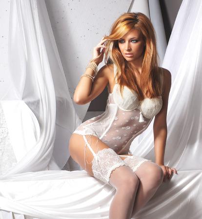 femme en sous vetement: Jeune et sexy femme rousse en lingerie blanche