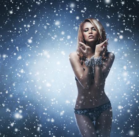 ragazze bionde: Giovane e bella ragazza in lingerie sexy a piedi attraverso la bufera di neve Archivio Fotografico