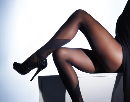 culo: foto de las hermosas piernas en medias bonitas