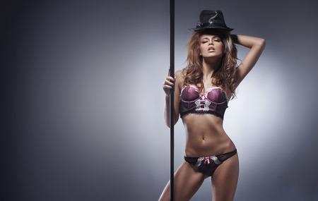 Mode tournage du jeune sexy stripteaseuse