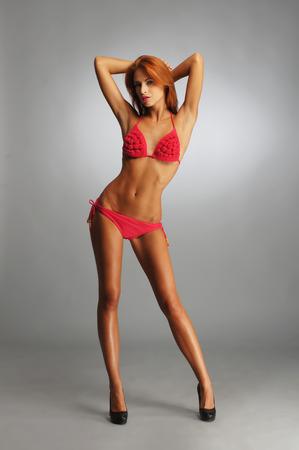 niñas en bikini: mujer con lencería sexy de color rojo Foto de archivo