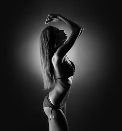 ropa interior niñas: Silueta en blanco y negro de la mujer joven, deportiva y sexy en ropa interior Foto de archivo