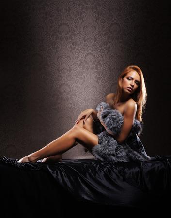 mujer desnuda sentada: Se�ora atractiva joven en ropa interior sobre fondo vintage