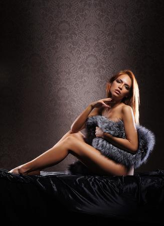 sexy nackte frau: Junge sexy nackte Frau �ber Vintage Hintergrund Lizenzfreie Bilder
