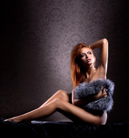 ragazza nuda: Giovane donna nuda sexy su sfondo vintage Archivio Fotografico
