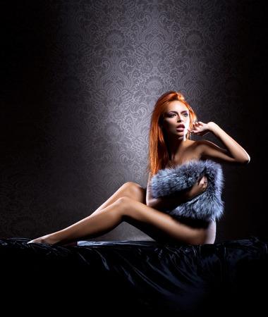 mujer desnuda sentada: Mujer desnuda sexy joven sobre el fondo de la vendimia
