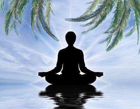 silueta humana: Meditando Silueta humana sobre fondo de cielo