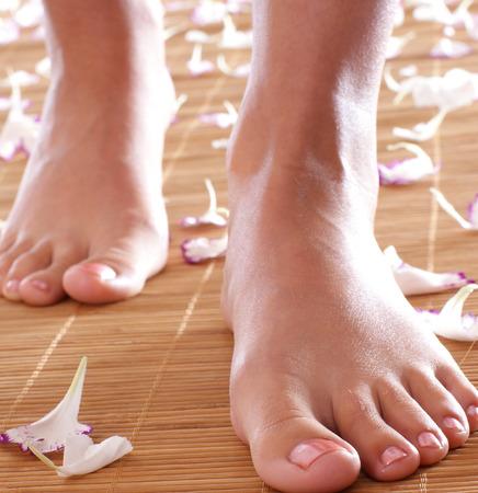 Piernas femeninas en ambiente de spa (Advertencia de baja profundidad de presentada, se centran en la pierna derecha!)