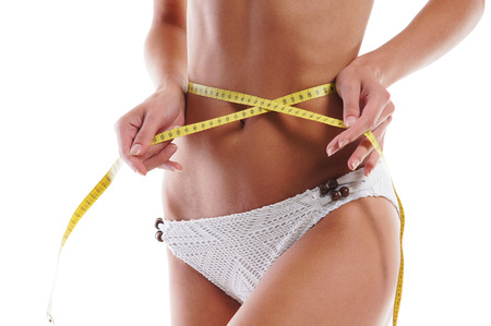 culo donna: La giovane donna attraente misura il suo corpo isolato su bianco