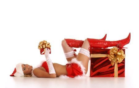 Joven sexy Santa con un regalo de Navidad aislado en blanco Foto de archivo