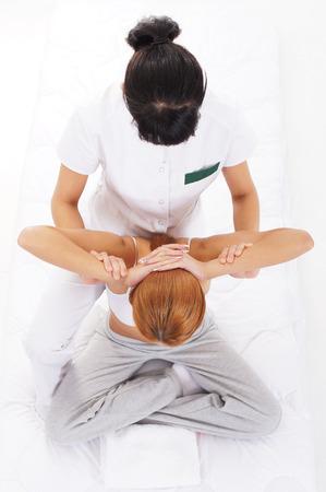 Jeune femme se massage traditionnel thai étirement par le thérapeute isolé sur fond blanc Banque d'images - 44758754