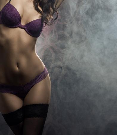 jeune fille: Fa�onnez la pousse d'une jeune femme sexy en lingerie Banque d'images