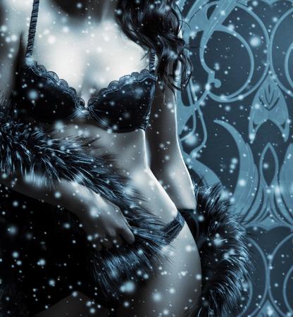 Corps de jeune et belle femme en lingerie sexy sur le fond neigeux d'hiver