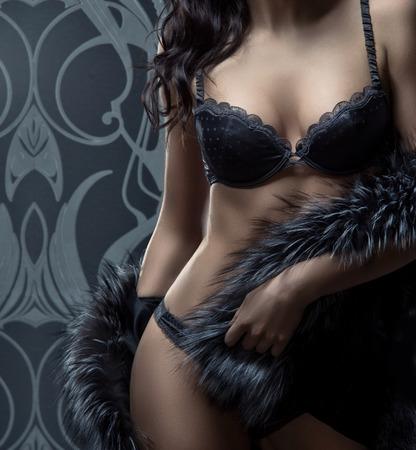 sexy beine: Mode-Shooting der schönen Frau in Luxus-Dessous