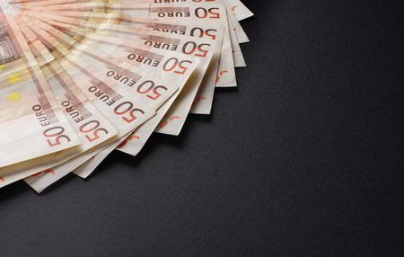 mucho dinero: Una gran cantidad de dinero europeo sobre el fondo negro