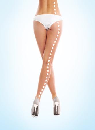 cuerpo perfecto femenino: Cuerpo perfecto mujeres con las flechas (alimentaci�n sana, el deporte y el balance h�drico concepto) Foto de archivo