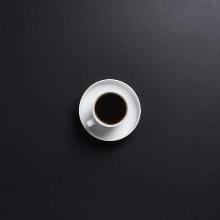 tomando café: Taza de café sobre el fondo negro