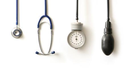 equipos medicos: Estetoscopio aislados en blanco  Foto de archivo