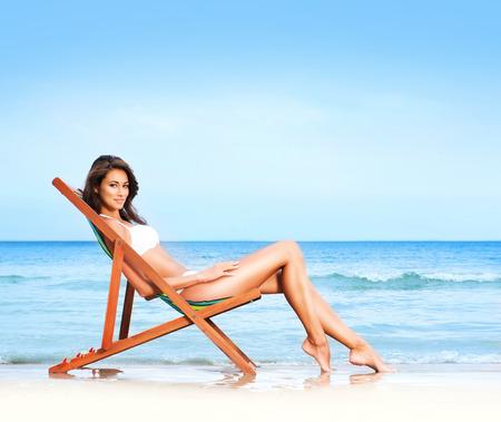 muchacha joven y bella tiene una temporada de vacaciones de invierno en la playa en el exótico país Foto de archivo