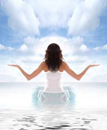 Caben Morena joven meditando aislado en blanco